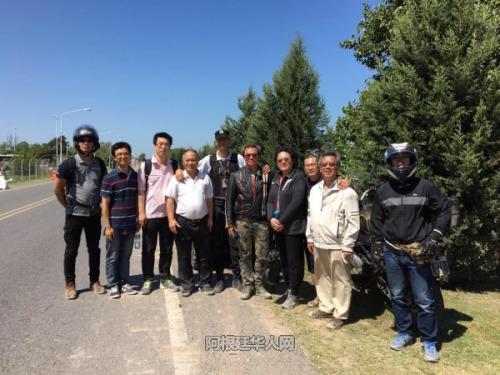 参加寻找的华人与当地警方人员。(阿根廷华人网/柳军 摄)