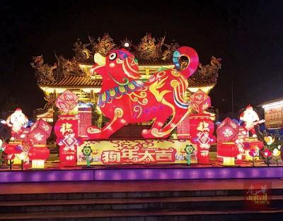 """富丽堂皇的庙宇前放置今年的主角""""旺旺"""",年味十足。(马来西亚光华网)"""