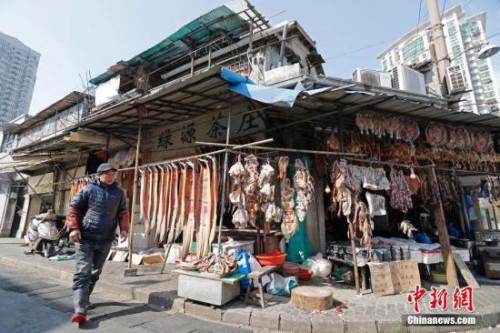 资料图:2018年2月4日,在上海江阴路街上,每当临近春节,就是另一幅景象。早在春节来临之前,商家门前就挂满了腌制好、待出售的年货。鸡胗和猪舌用红绳扎成串,咸鸡咸鸭咸乌青上用红纸标注好价格,花色好看的腊肠被捆扎好,隐隐飘散出香气。它们中有些已被买家预定,价格和付款方式已经被写在大红纸上,预示着一年的丰润。许多居住在周边的市民都会来到这里选购,同时,感受从街边散发出来的年味。 殷立勤 摄 2月4日,在上海江阴路街上,每当临近春节,就是另一幅景象。早在春节来临之前,商家门前就挂满了腌制好、待出售的年货。鸡胗和猪舌用红绳扎成串,咸鸡咸鸭咸乌青上用红纸标注好价格,花色好看的腊肠被捆扎好,隐隐飘散出香气。它们中有些已被买家预定,价格和付款方式已经被写在大红纸上,预示着一年的丰润。许多居住在周边的市民都会来到这里选购,同时,感受从街边散发出来的年味。 殷立勤 摄
