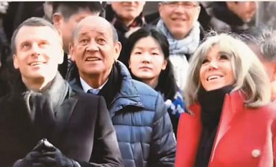 随行法国访问团的林嘉怡(左三)