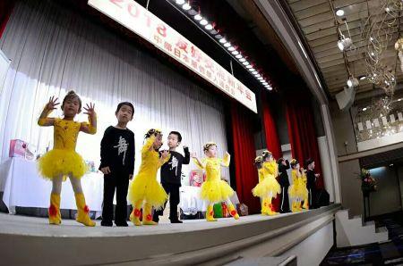 孩子们表演节目