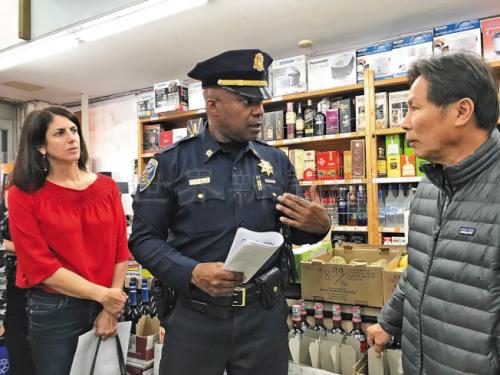 市议员卢凯莉(左)与湾景分局长福特(中)走访肖化区商家,包括海华超市连老板(右),听取治安意见。(美国《世界日报》记者/李秀兰 摄)