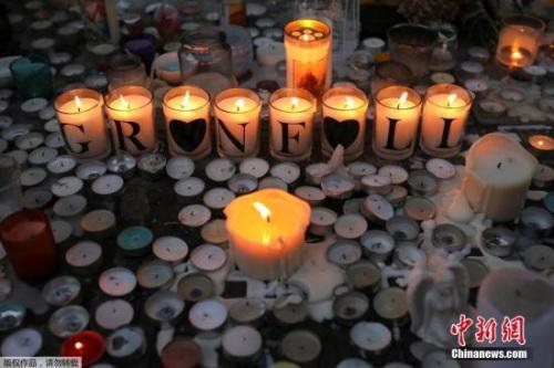 当地时间2017年6月18日,英国伦敦,民众持续悼念伦敦大火遇难者。6月14日凌晨发生在英国首都伦敦西部一栋高层居民楼的火灾已造成30人死亡,另有58人失踪,或已遇难。