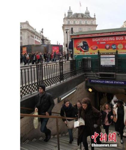 12月30日,节日的伦敦街头,一派热闹景象。图为伦敦街头的一地铁口。<a target='_blank' href='http://www.chinanews.com/'>中新社</a>记者 张平 摄