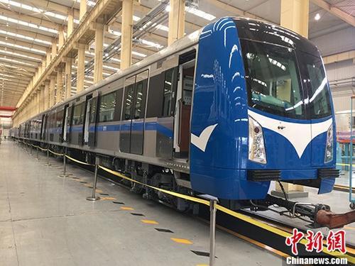 中国中车旗下大连机车车辆有限公司研制的首批出口尼日利亚城铁车辆,近日在尼日利亚首都阿布贾伊都车站正式亮相。据介绍,阿布贾城铁项目一期工程线路总长45公里,采用1435毫米标准轨距,共设12座车站。该线路的开通对尼日利亚国民经济的发展、改善地区投资和居住环境、增加就业机会、便民出行等具有重要意义。<a target='_blank' href='http://www.chinanews.com/'>中新社</a>发 邢毅 摄 鍏
