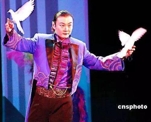 资料图。李宁,中国杂技团魔术师,表演风格中西兼备、明快流畅,代表作《仙人摘豆》、《喝不完的美酒》、《拼图幻象》