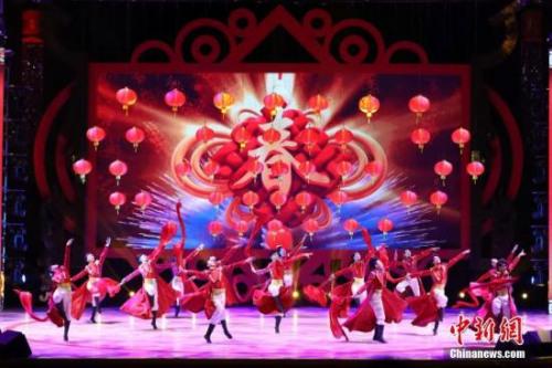 """2月4日晚,由国务院侨务办公室和香港侨界社团联会主办的2018年""""文化中国·四海同春""""再度唱响香江,6000多名香港市民无惧寒冷,欢聚一堂,共迎新春。"""