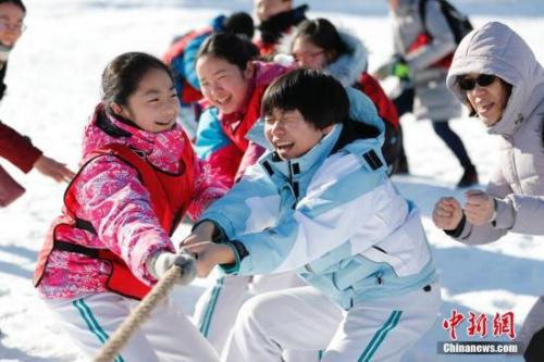 """1月24日,北京玉渊潭公园举行""""青春迎冬奥 寒假冰雪乐""""雪地趣味运动会,来自首都师范大学附属中学的40余名中学生参加了运动会。雪地曲棍球、雪人装扮、雪车滑滑乐、雪地青春竞速等项目,让刚刚放假的孩子们不仅在参与中得到了锻炼,也增长了冬奥知识。图为雪地拔河比赛。<a target='_blank' href='http://www.chinanews.com/'>中新社</a>记者 杜洋 摄"""