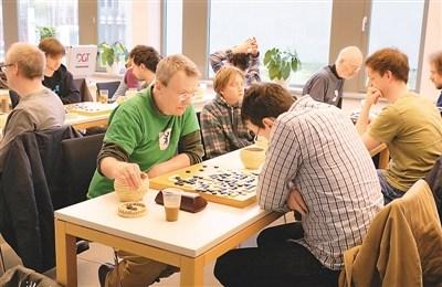 外国棋手在围棋大赛对弈   柏林中心王 娟摄