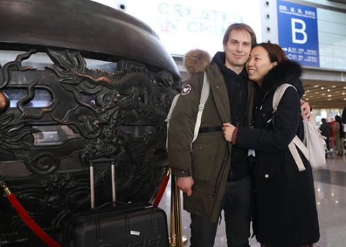 2月3日,刘女士(右)依偎在瑞典男友Max身旁。(欧洲时报特约记者李国庆摄)