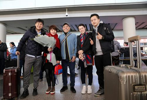 2月3日,施老师(左二)与单老师(中)和接机的学生在北京首都国际机场合影。