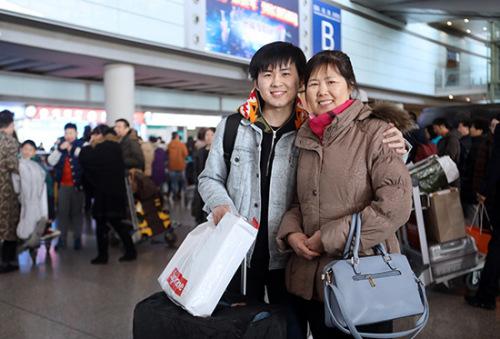 赵佳宁(左)把母亲赵杏梅搂在怀里。