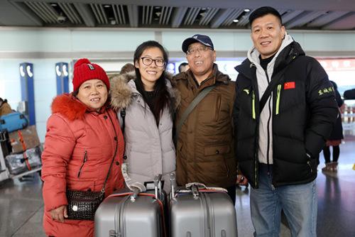 隗烁(左二)和父母及叔叔在北京首都机场相聚