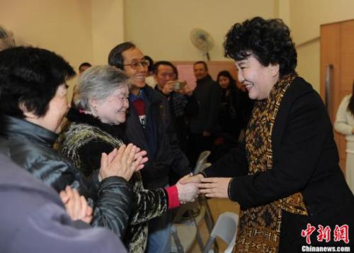 2月7日,中国国务院侨务办公室主任裘援平(右)一行到访澳门归侨总会,为他们提前送上新春问候,并在座谈会上对归侨总会提出4点希望。中新社记者 谭达明 摄