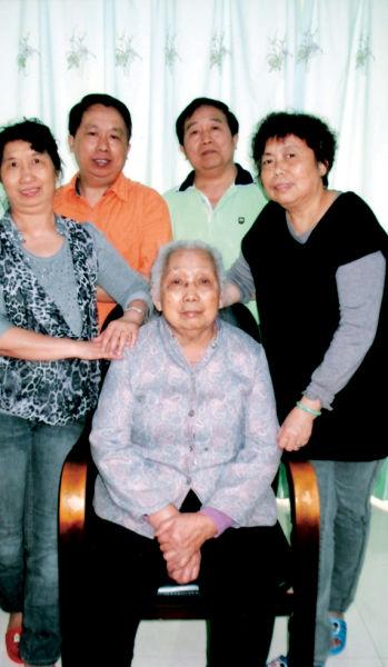朱春金家人与母亲合影。