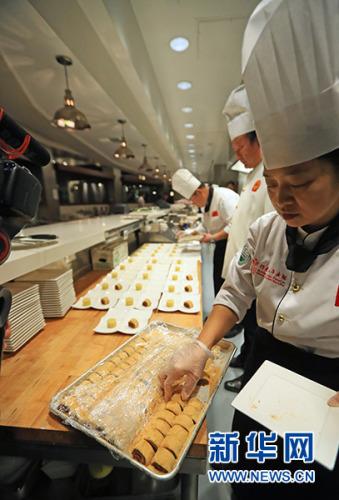 """2月8日,在美国洛杉矶,厨师准备传统中式点心""""驴打滚""""。新华社记者 李颖 摄"""