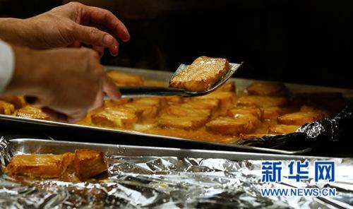 2月8日,在美国洛杉矶,厨师制作烤鳕鱼。 新华社记者 李颖 摄