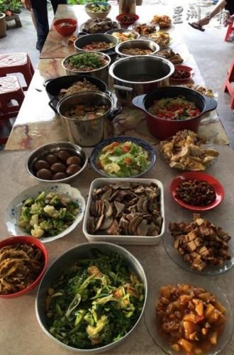 """去年回娘家过年的陈苡香,接过团年饭的统筹任务,率领所有堂弟妹,合作煮出这桌""""新风味""""团圆饭,也让他们更了解团圆的意义。(马来西亚《星洲日报》)"""