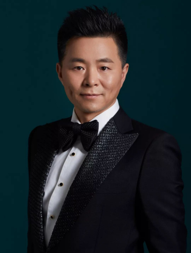 资料图。王宏伟,总政歌舞团著名男高音歌唱家,国家一级演员,全国青联常委,中国文艺志愿者协会理事。代表作有《西部放歌》、《儿行千里》、《故土情》等。