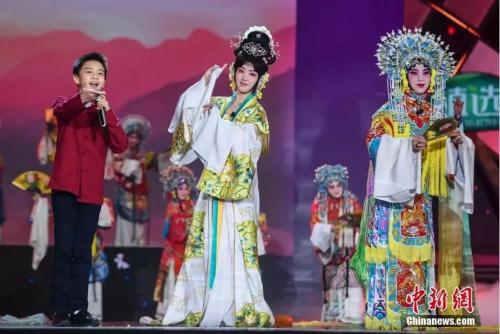 杨钰莹与加拿大华裔王鸿翔(左一)表演戏曲《再遇梨花颂》