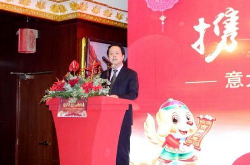 中国驻佛罗伦萨总领馆总领事王辅国出席普拉托华侨华人联谊会迎春年会并讲话。(图片来源:意大利欧联网)