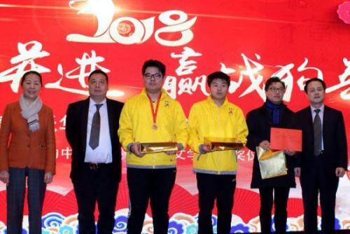王辅国总领事(右一)为普拉托华侨华人联谊会中文学校获奖学生颁奖。(图片来源:意大利欧联网)