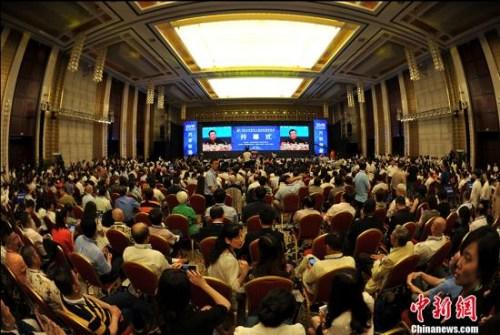 """6月23日,第十六届华侨华人创业发展洽谈会在武汉开幕,本届大会以""""万侨创新,共享机遇""""为主题,吸引了来自60多个国家和地区的1000多位海外嘉宾、国内2000多位代表参会。大会期间,将举办武汉论坛、""""华创杯""""创业大赛颁奖仪式、""""侨梦苑""""揭牌仪式、重点项目签约以及专场论坛、项目推介洽谈等活动。 中新社记者 张畅 摄"""