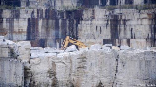 华人石匠们既在采石场也在粗石加工车间里工作