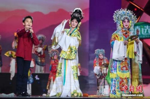杨钰莹(中)与加拿大华裔王鸿翔(左一)表演戏曲《再遇梨花颂》。 杨华峰 摄