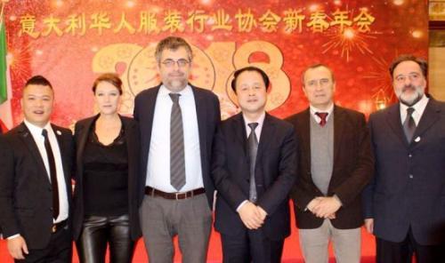 意大利华人服装行业协会李小峰会长(左一)和王辅国总领事(左四)、普拉托市副市长西蒙内(左三)及当地政要合影。(图片来源:欧联网记者 胡彪 摄)