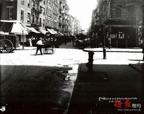 华埠老照片。这张照片摄于1907年7月18日,在勿街与摆也街交界处。