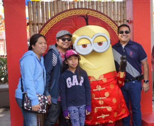 小黄人也穿上红棉袄,加入中国新年庆祝。(美国《世界日报》/马云 摄)