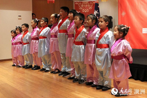 当地华人儿童进行经典文本朗诵(摄影 刘荻青)