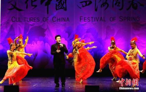 图为2月24日歌手阎维文在墨尔本登台演出时,当地舞蹈演员为他伴舞。 <a target='_blank' href='http://www.chinanews.com/'>中新社</a>记者 赖海隆 摄