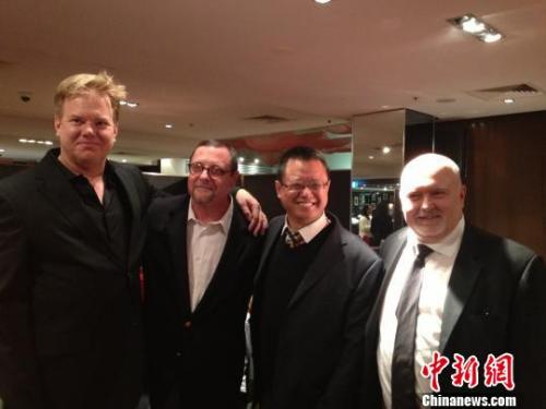 方山(右二)与好莱坞著名编导皮特•史克(左一)及电影公司老板积克•温伯格。 方山提供