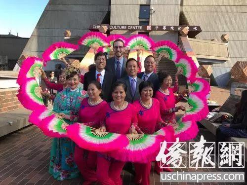 4位主要议员与花园角舞蹈队合影。(美国《侨报》/记者吴卓明 摄)