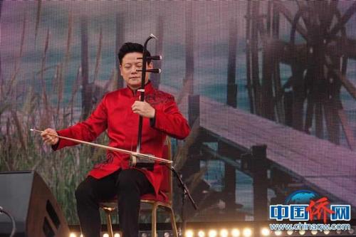 二胡演奏家邓建栋表演二胡独奏《浏阳河》。<a target='_blank' href='http://www.chinanews.com/'>中新社</a>记者 冉文娟摄