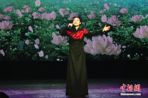 图为歌唱家吕薇演唱《茉莉花》。 <a target='_blank' href='http://www.chinanews.com/'>中新社</a>记者 冉文娟 摄