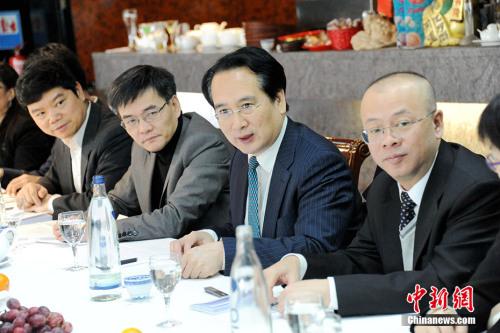 当地时间2月20日,率团访问德国的中国国侨办副主任谭天星在柏林走访了德国华侨华人中国和平统一促进会(德国和统会),并与该会在柏林地区的主要成员举行座谈。中新社记者 彭大伟 摄