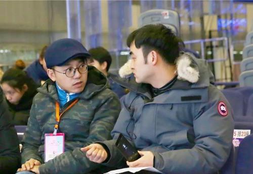总导演刘建立(左)和执行总导演杨子扬(右)在录制现场