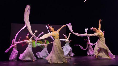 优美的中国民族舞蹈,带给观众视觉享受。