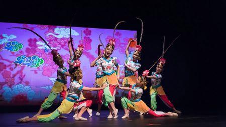 舞蹈《俏花旦》,俏皮可爱的表演,获得满堂喝彩。