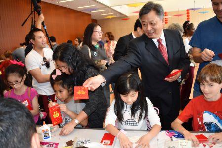 中国驻休斯敦总领馆李强民总领事给中美小朋友发红包。