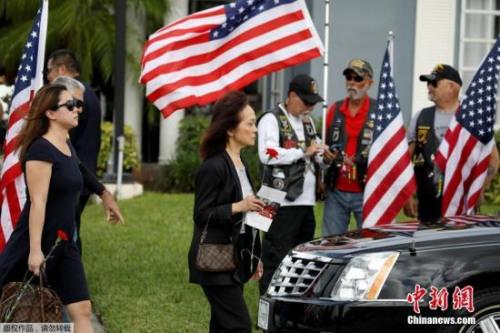 美国佛罗里达州帕克兰的玛乔丽·斯通曼·道格拉斯高中于14日发生校园枪击案,造成17人死亡,14人受伤。在枪击案发生时,王孟杰为了保护其他学生,拉开逃生门,让其他人先跑出去,自己却被随后赶来的枪手射杀。