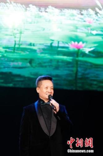 """当地时间2月19日晚,2018年""""文化中国·四海同春""""北美艺术团在巴拿马首都巴拿马城奉献了一台精彩的慰侨综艺晚会。图为中国知名歌手阎维文献唱《洪湖水浪打浪》。"""