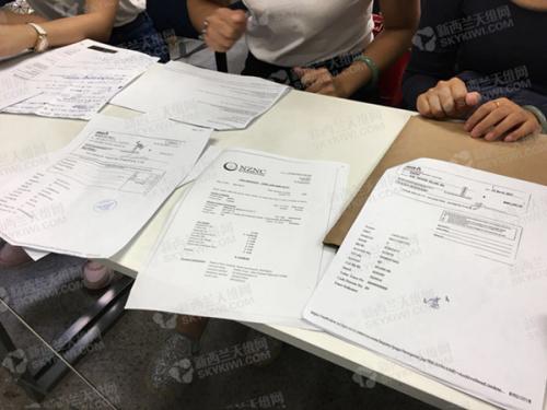 学生展示学校收费的收据(新西兰天维网)