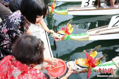 2月24日,悉尼达令港举行龙舟赛,吸引3000多名参赛者,为中国农历新年佳节添彩。图为嘉宾为龙舟点睛。 <a target='_blank' href='http://www.chinanews.com/'>中新社</a>记者 陶社兰 摄