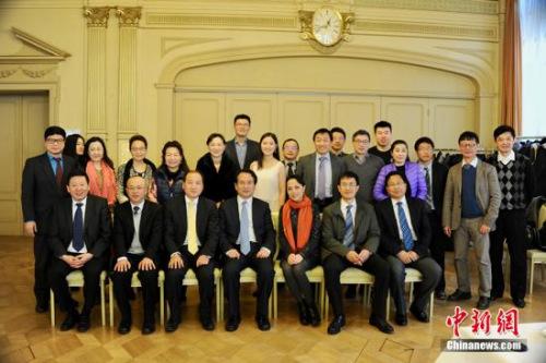 谭天星一行与参加22日座谈会的代表合影。 中新社记者 彭大伟 摄