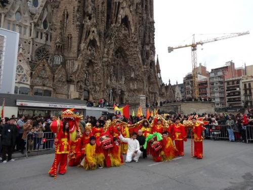 资料图:西班牙巴塞罗那当地华人进行舞狮表演,庆祝春节。新华社记者周�瓷�
