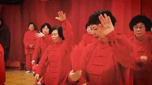 长青俱乐部打太极拳的华人老一辈。(《欧洲时报》西班牙版微信公众号援引西班牙《国家报》图片)